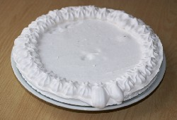 Готовое безе в качестве основы для торта Павлова. Большой диаметр