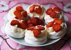 Торт Павлова с клубникой на основе готового безе