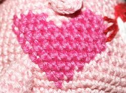 Вот варианты вязанных сердечек.  Обратите внимание, что полукруги сердечка по схеме 1 вяжутся с отрывом нити...