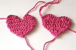 Плоские сердечки крючком.