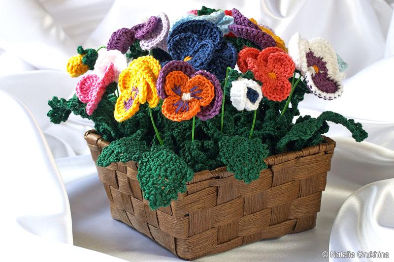 Вязаные цветы: композиция «Анютины глазки»