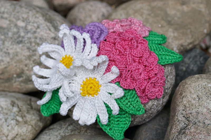 Композиция из вязаных цветов