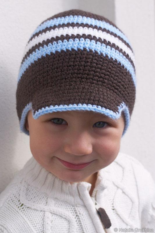 Вязаная шапка с козырьком