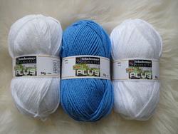 Пряжа для вязания шапочки с ушками и помпонами