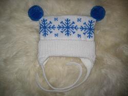 Детская вязаная шапочка со снежинками
