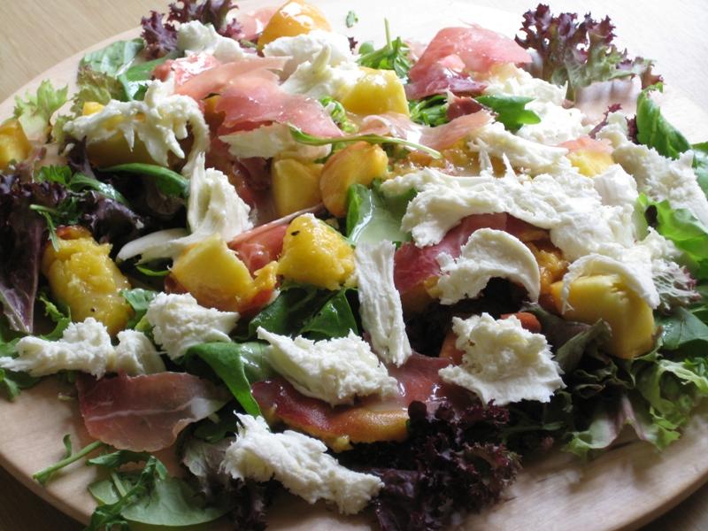 Салат из персиков, моцареллы и пармской ветчины