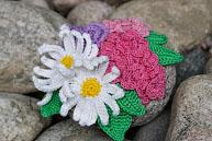 Композиция из вязаных цветов на камне