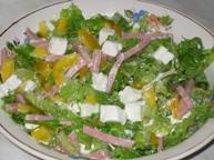 Салат с ветчиной, сладким перцем и сыром Фета