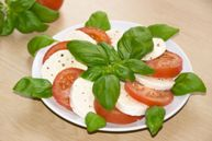 Салат из помидиров с моцареллой и базиликом (Insalata caprese)