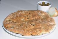 Фокачча с розмарином, луком и оливками